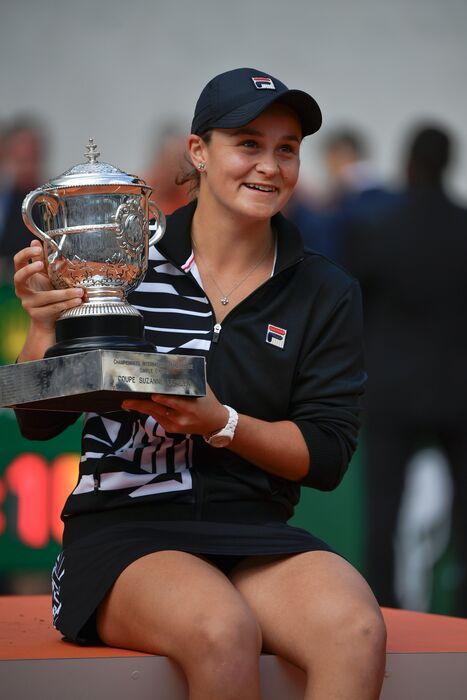 Ashleigh Barty with the 2019 Roland Garros singles trophy