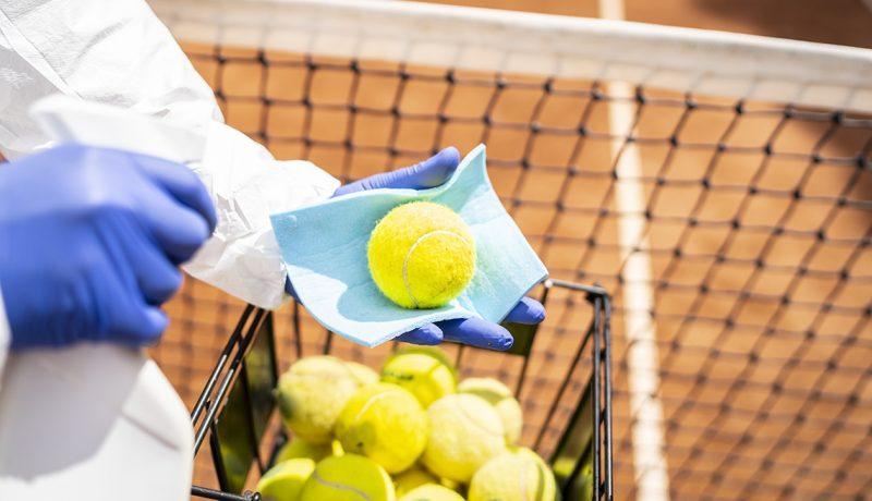 Дезинфекция теннисных мячей крупным планом (ВЛАДИМИР ВЛАДИМИРОВ / GETTY IMAGES)