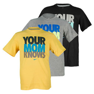 NIKE BOY`S SS YOUR MOM KNOWS YA TENNIS TEE